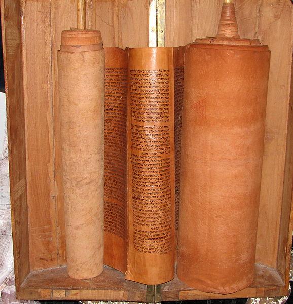 """ספר התורה שכתב הרב משה חיים לוצאטו (רמח""""ל) בשנות ה-1740 בעכו. הספר עשוי מעור צבאים, והדיו נרקח מקליפות רימונים."""